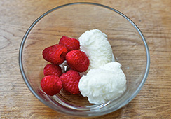 6 raspberries, 2 heaped tablespoons ice cream